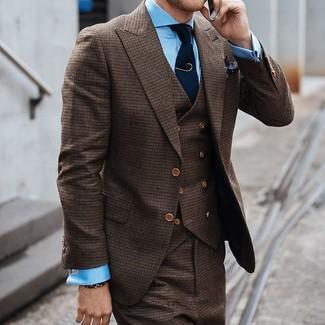 Comment porter: complet marron, chemise de ville bleu clair, cravate en tricot bleu marine, pochette de costume á pois noire