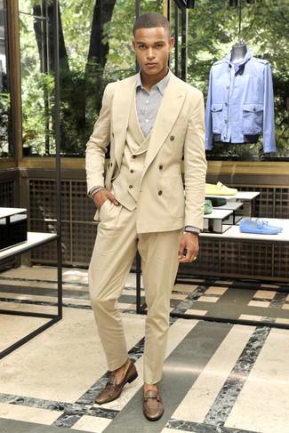 Comment porter: complet marron clair, chemise de ville à rayures verticales blanche, slippers en cuir marron