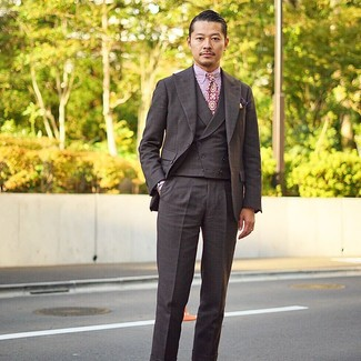 Comment porter: complet à carreaux marron foncé, chemise de ville à rayures verticales blanc et rouge, cravate imprimée pourpre, pochette de costume imprimée pourpre foncé