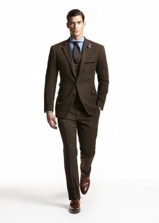 Comment porter une chemise de ville bleu clair: Pense à marier une chemise de ville bleu clair avec un complet en laine marron foncé pour un look pointu et élégant. Si tu veux éviter un look trop formel, opte pour une paire de monks en cuir marron foncé.
