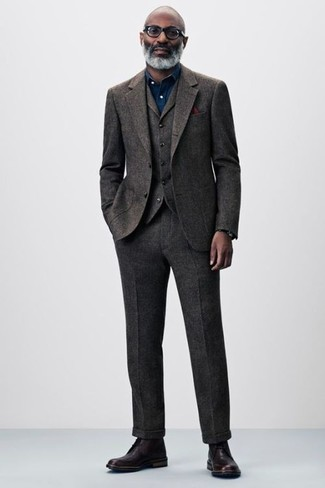 Comment porter: complet en laine marron foncé, chemise de ville en chambray bleu marine, bottes habillées en cuir bordeaux, pochette de costume bordeaux