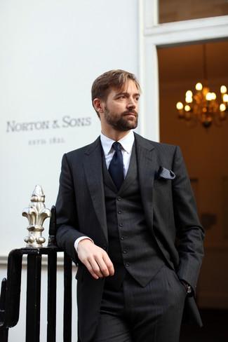 Comment porter: complet à rayures verticales noir, chemise de ville blanche, cravate bleu marine, pochette de costume á pois noire et blanche