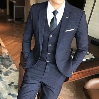 Comment porter: complet à carreaux noir, chemise de ville blanche, cravate noire, montre dorée