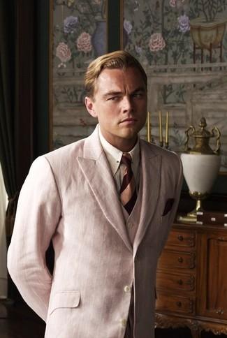 Comment porter: complet rose, chemise de ville à rayures verticales blanche, cravate à rayures horizontales bordeaux, pochette de costume bordeaux