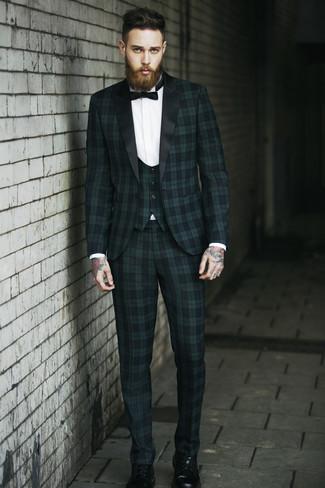 Comment porter: complet écossais vert foncé, chemise de ville blanche, bottes de loisirs en cuir noires, nœud papillon noir