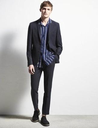 Comment porter des slippers en daim noirs: Pense à opter pour un costume à carreaux bleu marine et une chemise à manches courtes à rayures verticales bleu marine et blanc si tu recherches un look stylé et soigné. Rehausse cet ensemble avec une paire de des slippers en daim noirs.