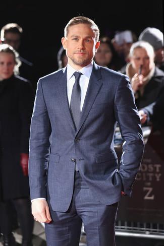Comment porter: costume à carreaux bleu marine, chemise de ville bleu clair, cravate bleu marine
