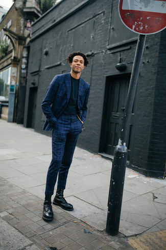 Comment porter: costume à carreaux bleu marine, t-shirt à col rond noir, bottes de loisirs en cuir noires
