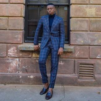 Comment porter: costume à carreaux bleu, pull à col roulé bleu marine, slippers en cuir noirs