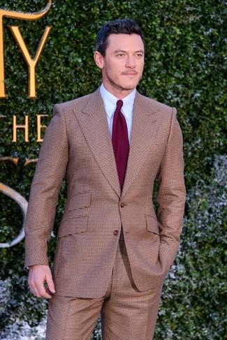 Comment porter un costume à carreaux marron: Harmonise un costume à carreaux marron avec une chemise de ville bleu clair pour une silhouette classique et raffinée.