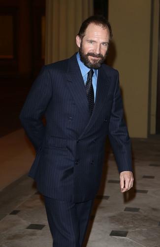 Costume a rayures verticales bleu marine chemise de ville bleue cravate a pois noire large 22107