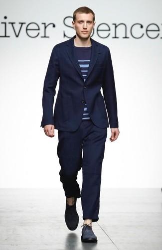 Comment porter: costume à rayures verticales bleu marine, pull à col rond à rayures horizontales bleu marine, chaussures richelieu en daim bleu marine