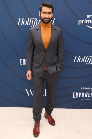 Comment porter: costume à rayures verticales marron foncé, pull à col roulé orange, bottes habillées en cuir marron