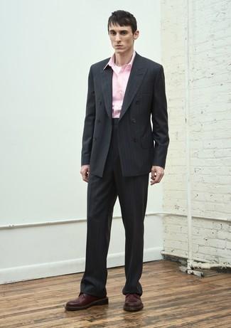 Comment porter: costume à rayures verticales noir, chemise à manches longues rose, chaussures derby en cuir bordeaux