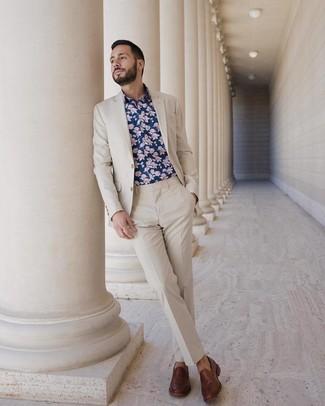 Comment porter: costume beige, chemise à manches longues à fleurs bleu marine, slippers en cuir marron