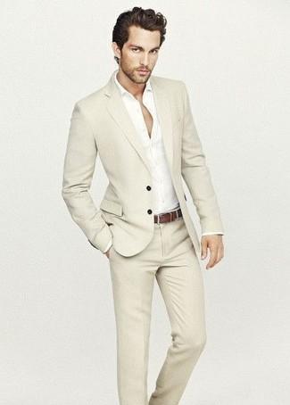 Tenue  Costume beige, Chemise à manches longues blanche, Ceinture en cuir  marron   Mode hommes   Lookastic France 173fadb67f1
