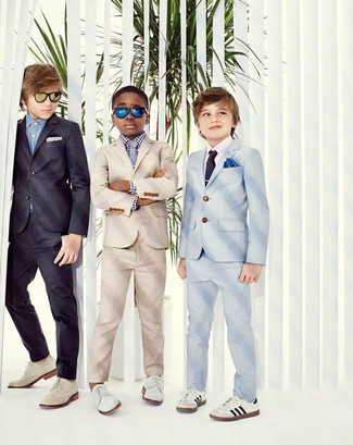 Comment porter: costume beige, chemise à manches longues en vichy blanche et noire, chaussures richelieu blanches, cravate grise