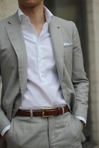 11befb820b6d Tenue  Costume beige, Chemise à manches longues blanche, Pochette de costume  bleu clair, Ceinture en cuir marron   Mode hommes   Lookastic France