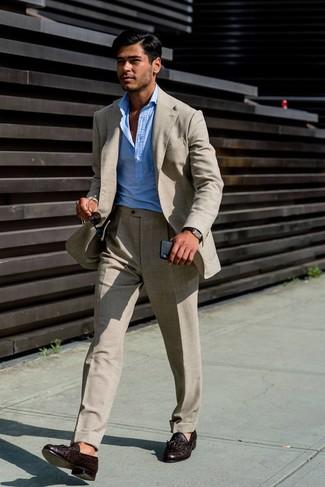 Comment porter: costume en lin beige, chemise à manches longues bleu clair, mocassins à pampilles en cuir marron foncé, montre en cuir marron foncé