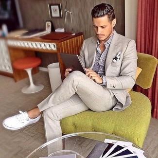 Comment porter: costume beige, chemise à manches longues imprimée grise, baskets basses en toile blanches, pochette de costume imprimée blanche