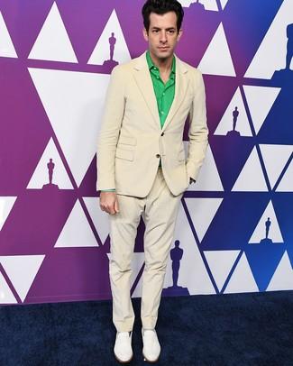 Comment porter: costume beige, chemise à manches longues verte, slippers en cuir blancs, chaussettes grises