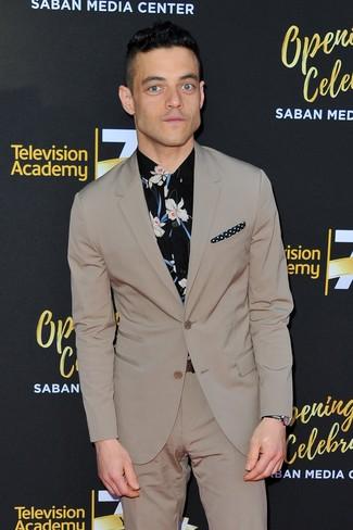 Comment porter: costume beige, chemise de ville à fleurs noire, pochette de costume á pois noire et blanche