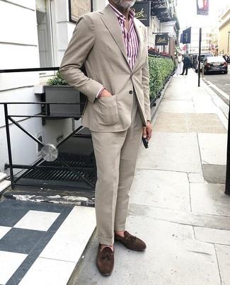 Comment porter: costume beige, chemise de ville à rayures verticales blanc et rouge, mocassins à pampilles en daim marron foncé