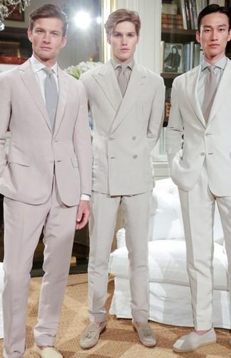 Comment porter: costume beige, chemise de ville beige, mocassins à pampilles en daim beiges, cravate beige
