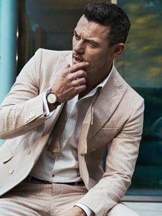 Tenue de Luke Evans  Costume à rayures verticales beige, Chemise de ville à  rayures verticales blanche, Ceinture en cuir marron foncé, Montre en cuir  marron ... 28cb2630d43
