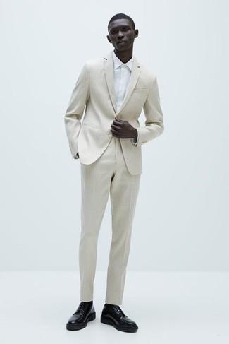 Comment s'habiller pour un style elégantes: Pense à porter un costume beige et une chemise de ville blanche pour un look classique et élégant. Jouez la carte décontractée pour les chaussures et choisis une paire de chaussures derby en cuir noires.