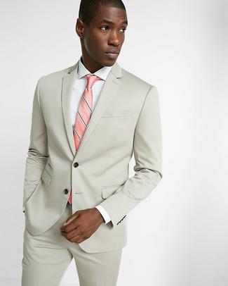 3f56a5ff55ac1 Tenue  Costume beige, Chemise de ville blanche, Cravate à rayures  verticales rose   Mode hommes