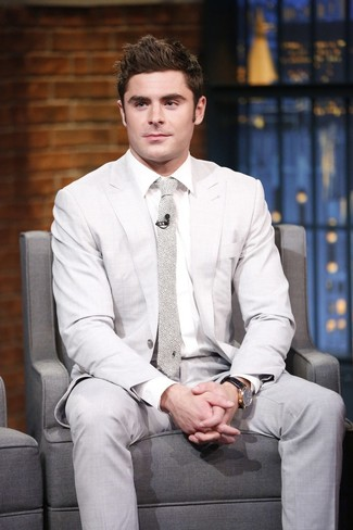 Comment porter: costume beige, chemise de ville blanche, cravate imprimée beige