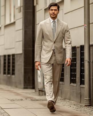 Comment porter: costume beige, chemise de ville blanche, slippers en cuir marron, cravate grise