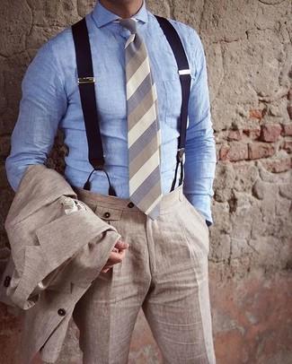 Comment porter: costume en lin beige, chemise de ville en chambray bleu clair, cravate à rayures horizontales beige, bretelles bleu marine