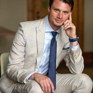 Tenue: Costume écossais beige, Chemise de ville bleu clair, Cravate á pois bleu marine, Montre en cuir bleu marine