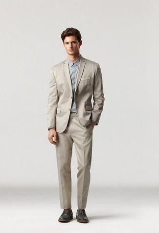 Comment s'habiller pour un style elégantes: Harmonise un costume beige avec une chemise de ville grise pour un look pointu et élégant. Tu veux y aller doucement avec les chaussures? Termine ce look avec une paire de chaussures derby en cuir marron foncé pour la journée.