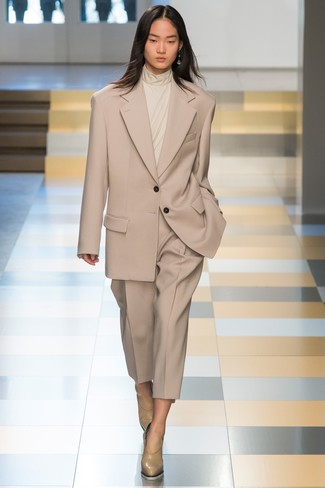 Comment porter: costume beige, pull à col roulé beige, escarpins en cuir beiges