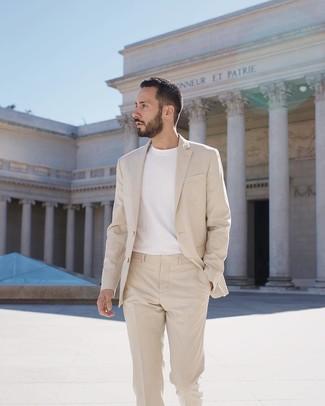 Comment porter: costume beige, t-shirt à col rond blanc
