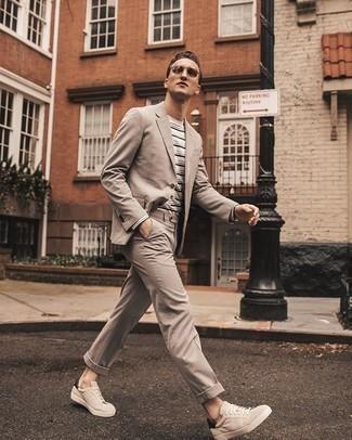 Comment porter des baskets basses en daim beiges: Associe un costume beige avec un t-shirt à manche longue à rayures horizontales blanc pour créer un look chic et décontracté. Jouez la carte décontractée pour les chaussures et opte pour une paire de baskets basses en daim beiges.