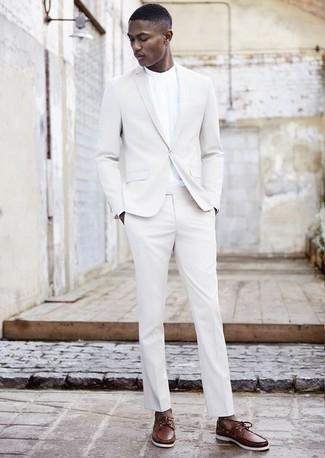 Comment porter une chemise à manches longues blanche: Opte pour une chemise à manches longues blanche avec un costume blanc pour dégager classe et sophistication. Jouez la carte décontractée pour les chaussures et choisis une paire de des chaussures bateau en cuir marron.