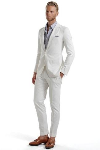 Comment porter: costume en seersucker blanc, chemise à manches longues imprimée cachemire grise, mocassins à pampilles en cuir marron, pochette de costume grise