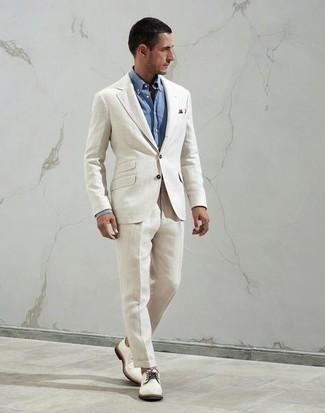 Comment porter une chemise de ville bleu clair: Opte pour une chemise de ville bleu clair avec un costume blanc pour un look pointu et élégant. Pour les chaussures, fais un choix décontracté avec une paire de chaussures derby en toile blanches.