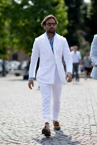 Tenue: Costume blanc, Chemise de ville bleu clair, Mocassins à pampilles en daim marron, Lunettes de soleil marron
