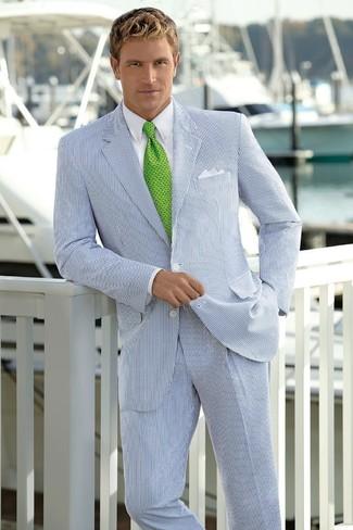 Comment porter: costume à rayures verticales blanc et bleu marine, chemise de ville blanche, cravate imprimée verte, pochette de costume blanche