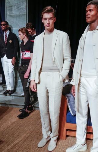 Comment porter: costume blanc, pull à col rond beige, slippers en cuir blancs