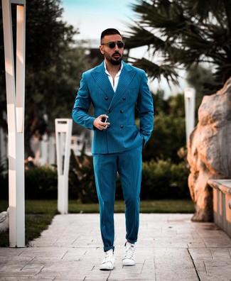 Comment porter: costume à rayures verticales bleu canard, chemise de ville blanche, baskets basses en cuir blanches, lunettes de soleil noires