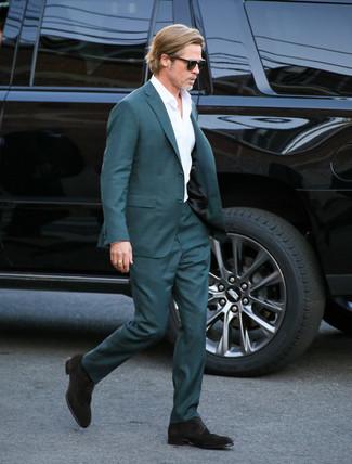 Comment porter des chaussures derby en daim marron foncé: Essaie de marier un costume bleu canard avec une chemise de ville blanche pour un look classique et élégant. Décoince cette tenue avec une paire de des chaussures derby en daim marron foncé.