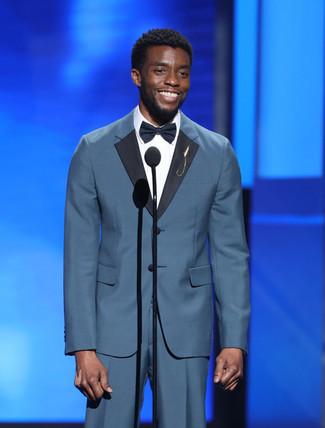 Comment porter: costume bleu canard, chemise de ville blanche, nœud papillon noir