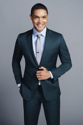 Comment porter: costume bleu canard, chemise de ville bleu clair, cravate grise