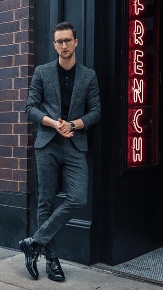 Comment porter: costume bleu canard, polo noir, bottes de loisirs en cuir noires, montre en cuir noire